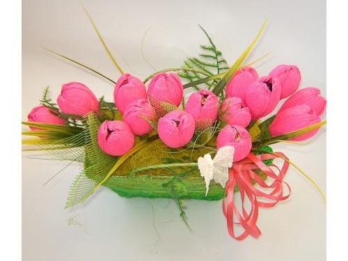 Корзинка с розовыми тюльпанами