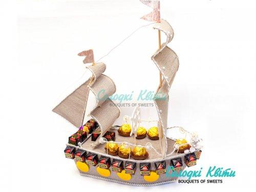 Корабль из конфет «Бригантина»