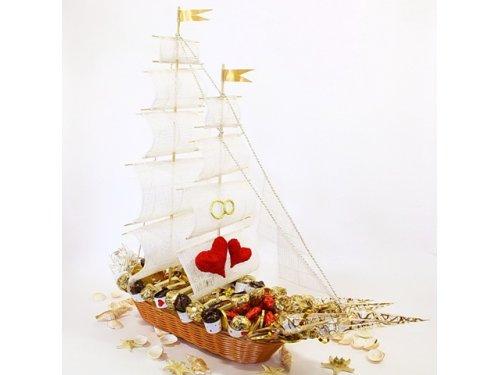 Свадебный корабль из конфет №364