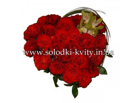 Сердце из красных роз
