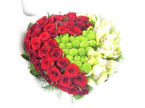 Сердце из красных роз и хризантемы