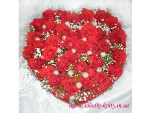 Сердце из красных роз с жемчугом
