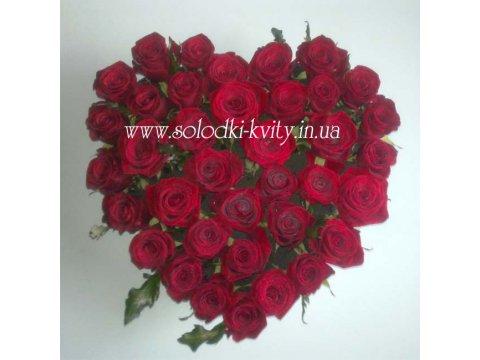 Сердце из бордовых роз