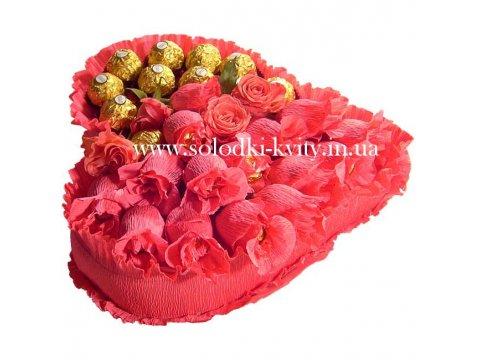 Сердце из конфет в розовом цвете